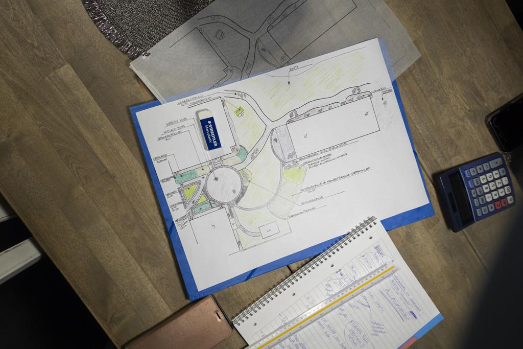 Pihasuunnitelmakuvat pöydällä