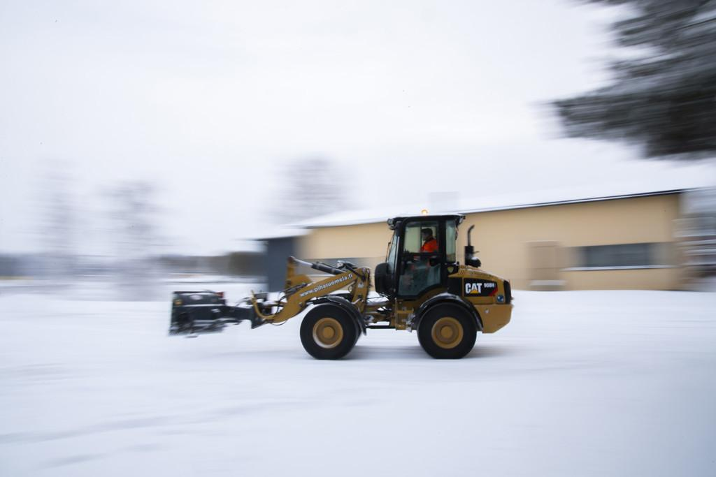 Kauhakuormaaja ajaa lumella