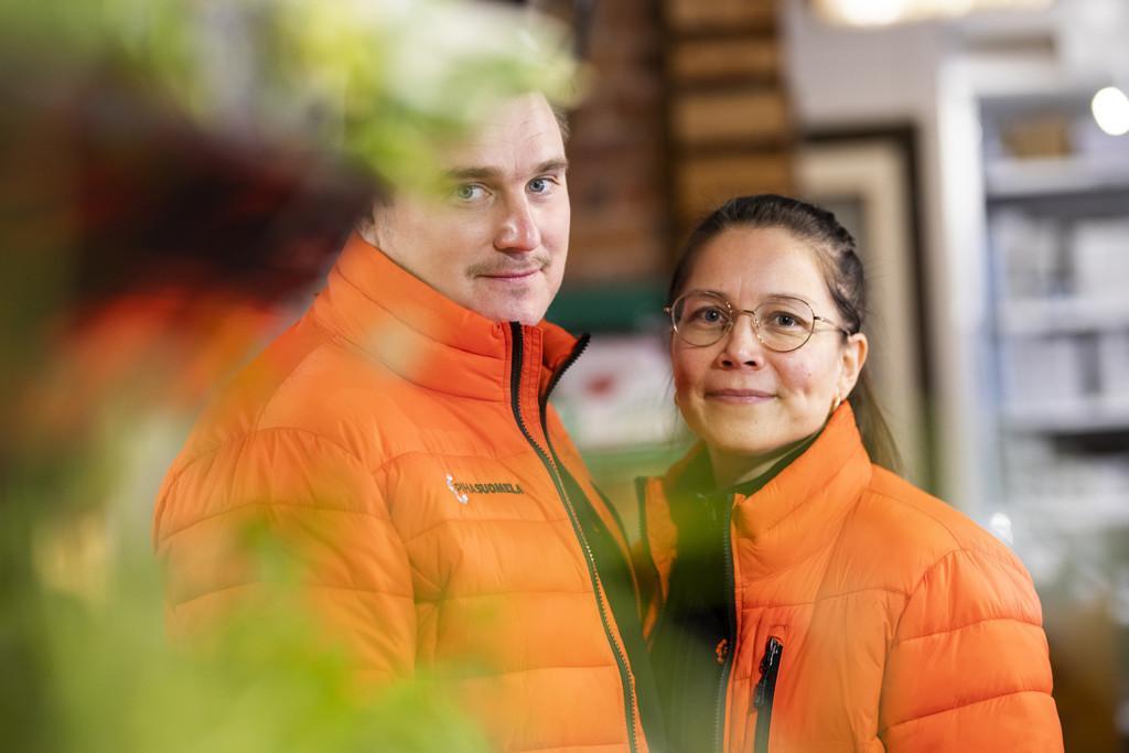 Piha-Suomelan yrittäjät Juha ja Mari Suomela poseeraavat kameralle.