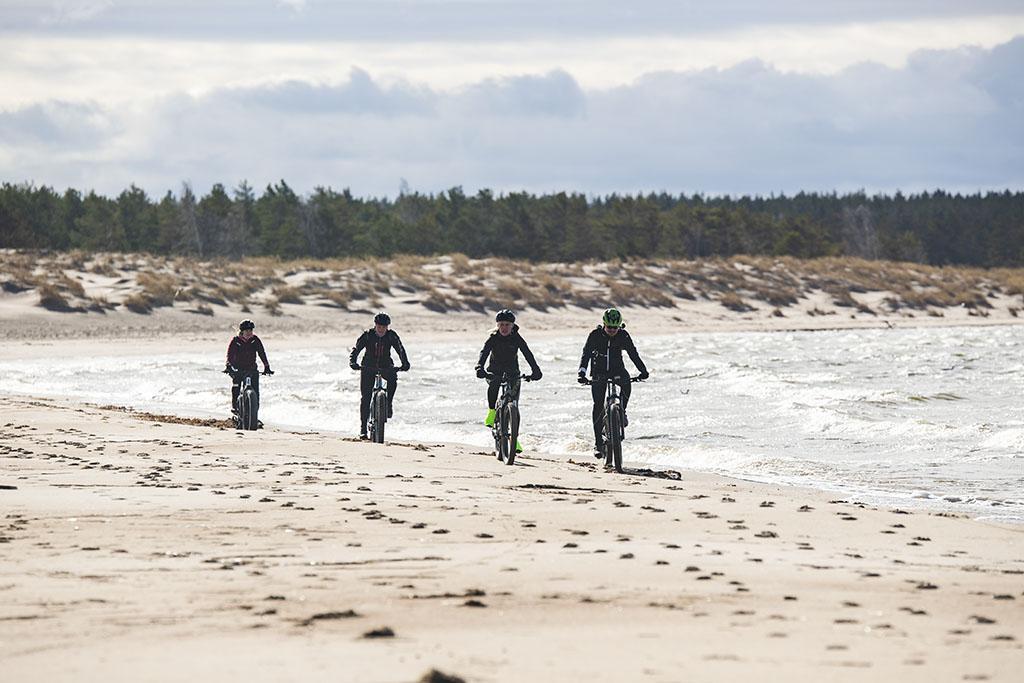 Maastopyöräilyä Yyterin hiekkarannalla.