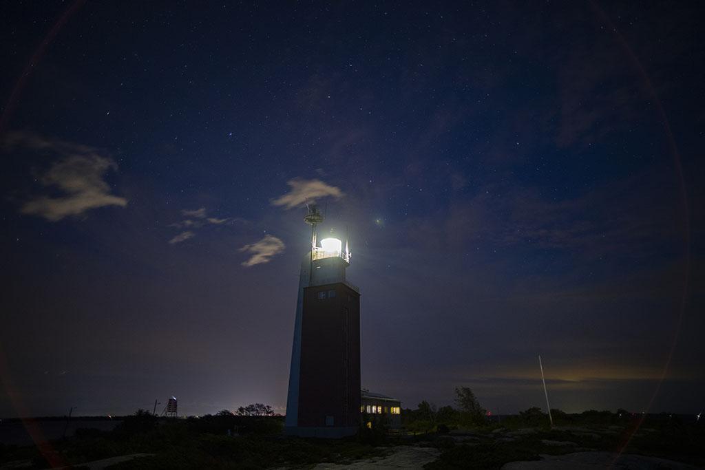 Öinen majakka loistaa valoaan.