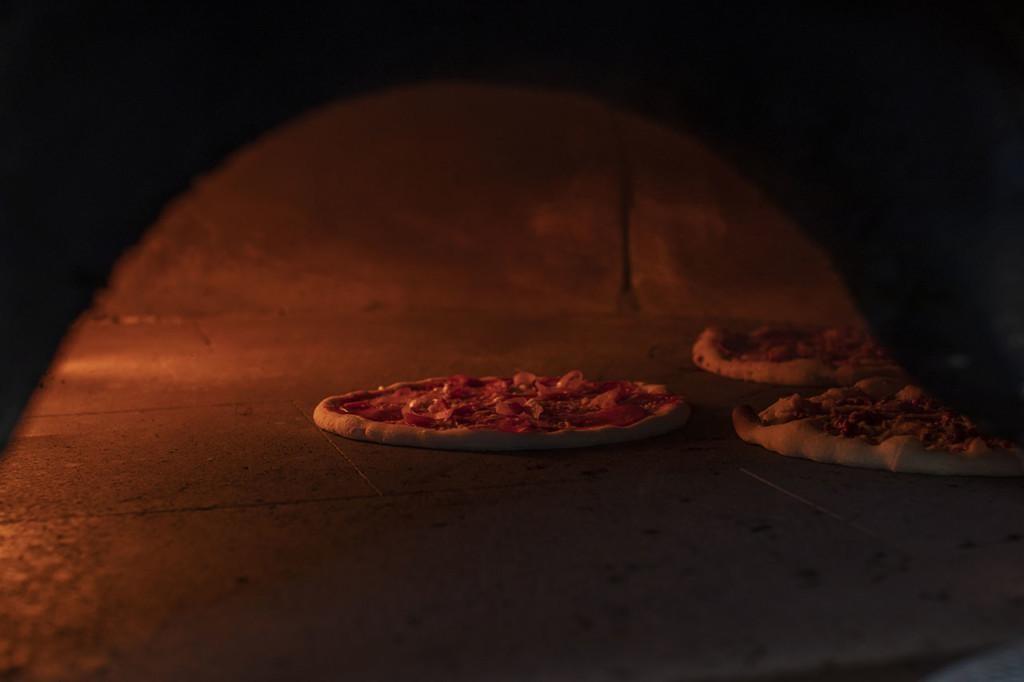 Pitsat paistuvat uunissa.
