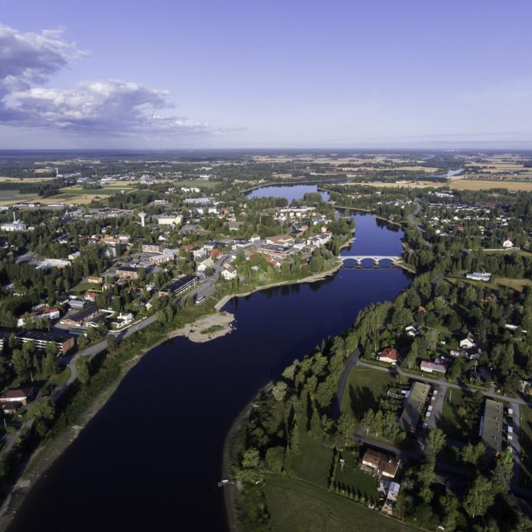 Ilmakuva Kokemäenjoesta ja jokilaaksosta Kokemäen kaupungin Tulkkilan kohdalta merelle eli luoteeseen päin